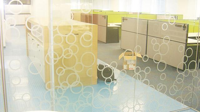 双潇玻璃装饰磨砂膜质感细腻,具有良好的透光清晰性!
