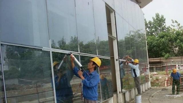 如何去掉揭下玻璃贴膜后留在玻璃上面的残胶