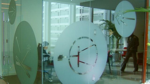 办公室玻璃隔断用装饰磨砂膜的好处