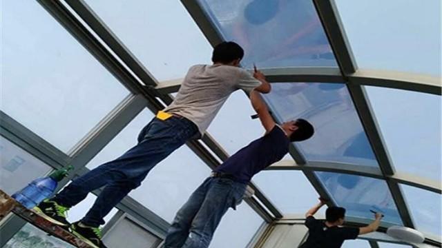 想要窗户隔热好,窗帘、百叶窗、隔热膜哪种效果最好?