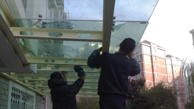 隔热膜是贴在玻璃里面还是外面?